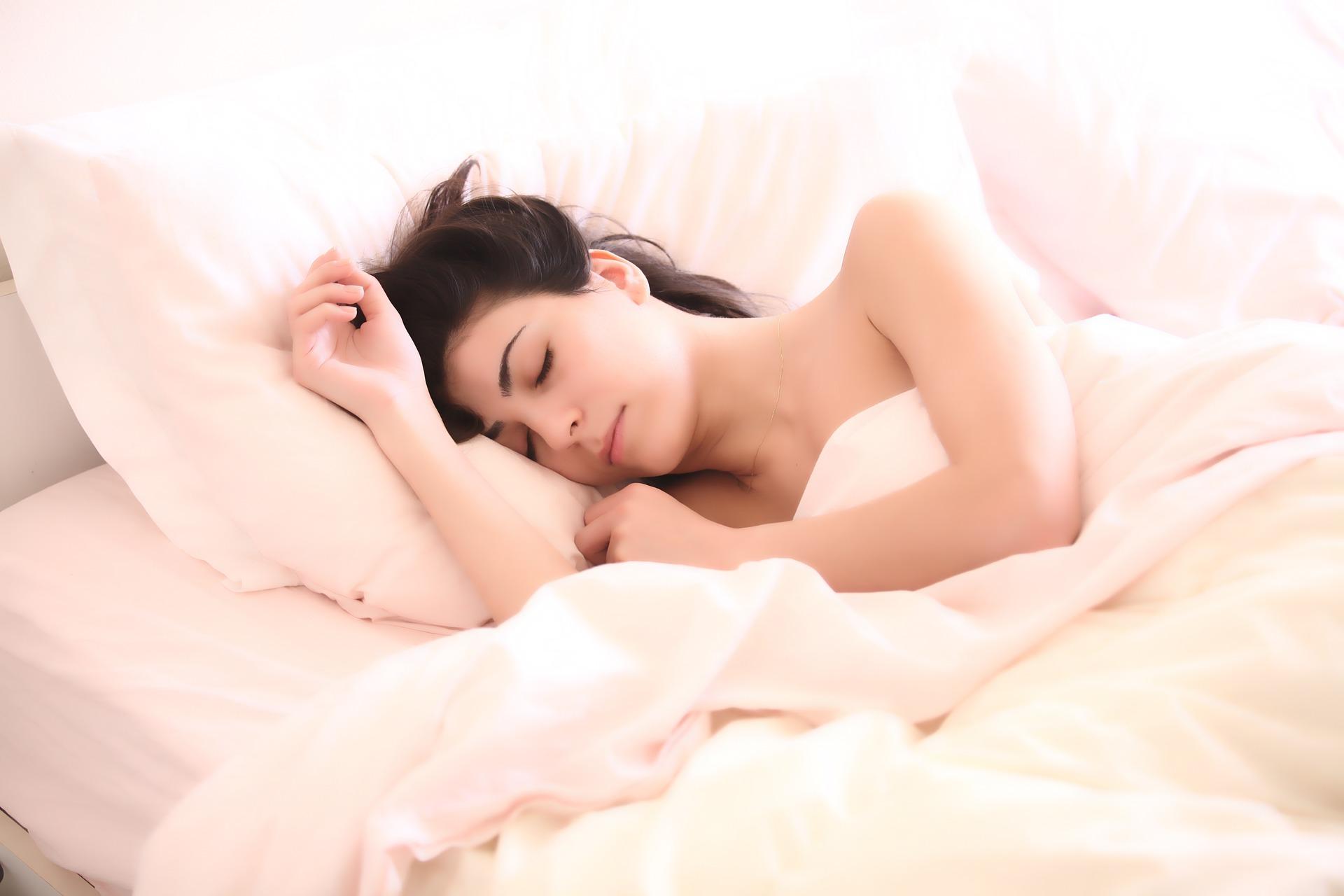 kevesebb alvás segít a fogyásban hogyan lehet gyorsan égetni a combzsírt
